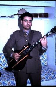 pietro militare con chitarra
